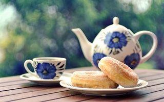 Фото бесплатно чай, чашка, блюдце, чайник, тарелка, пончики
