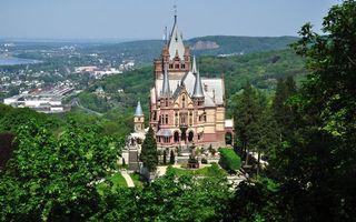 Обои побережье, городок, замок, башни, холмы, растительность
