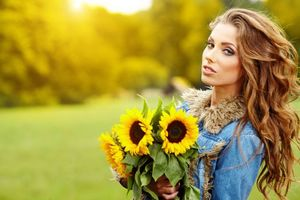Заставки девушка, красавица, взгляд, букет, цветы, подсолнухи, настроение