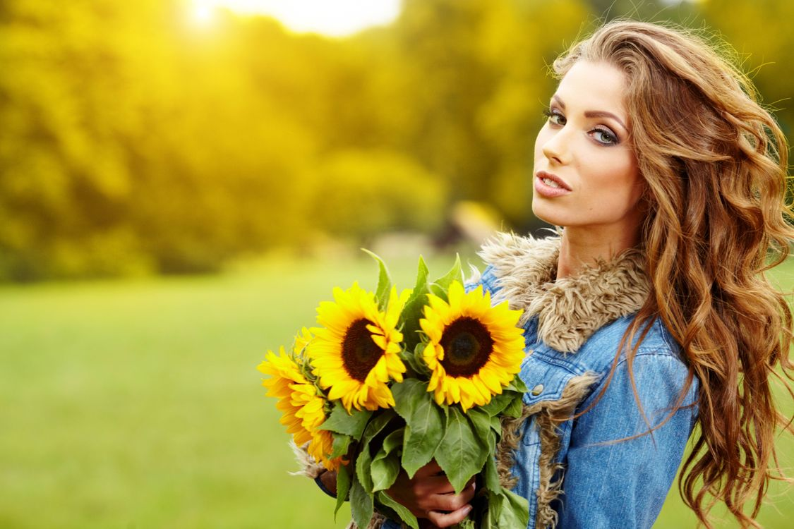 Обои девушка, красавица, взгляд, букет, цветы, подсолнухи, настроение на телефон   картинки настроения - скачать