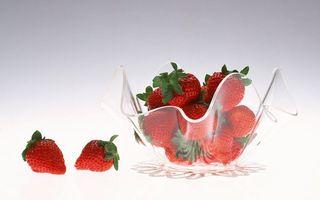 Бесплатные фото ваза,стекло,ягода,клубника,красная,хвостики,зеленые
