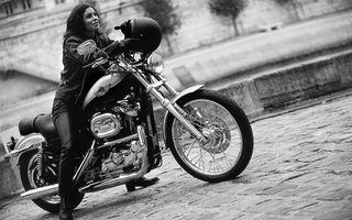 Бесплатные фото харлей дэвидсон,фара,двигатель,колеса,девушка,шлем,черно-белое