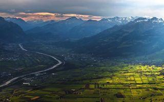 Бесплатные фото поля,река,поселок,дома,горы,вид сверху