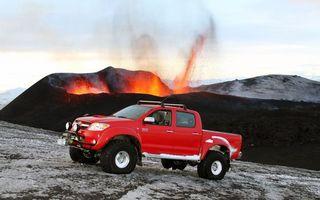 Фото бесплатно тойота хайлюкс, пикап, красный, внедорожник, вулкан, лава, брызги
