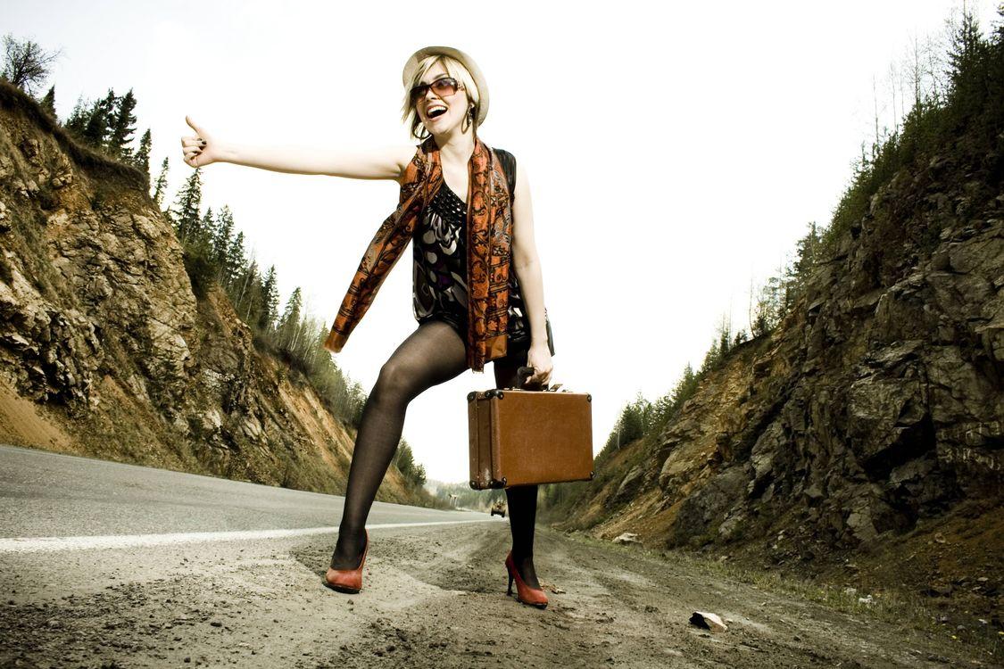 Фото бесплатно девушка, красотка, дорога, автостоп, ситуация, ситуации