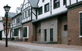 Фото бесплатно улица, фонарь, вывеска, дома, здания, окна, двери