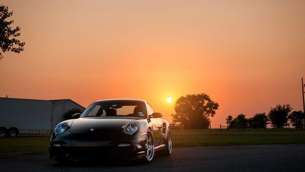 Фото бесплатно порше на закате солнца, автомобиль, закат, небо, янтарное, лето, забор, ограждение прицеп, дом