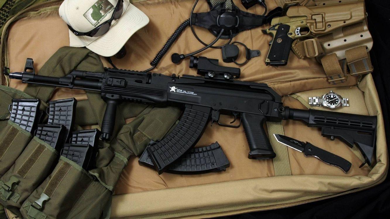 Фото бесплатно автомат, ствол, прицел, магазины, курок, приклад, пистолет, нож, часы, бейсболка, очки, разгрузка, оружие
