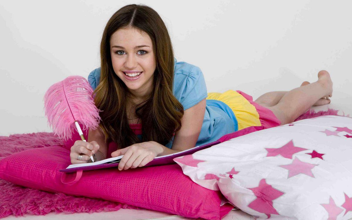 Фото бесплатно девушка, подушки, кровать, ручка, улыбка, девушки