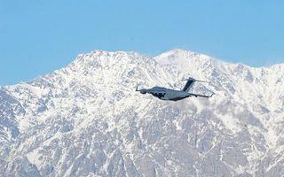 Бесплатные фото самолет,транспортный,крылья,хвост,полет,горы,скалы