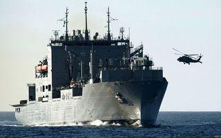 Фото бесплатно море, корабль, палуба, надстройки, шлюпки, антенны, вертолет, полет, крейсер