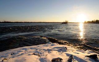Фото бесплатно весна, берег, снег, река, небо, солнце