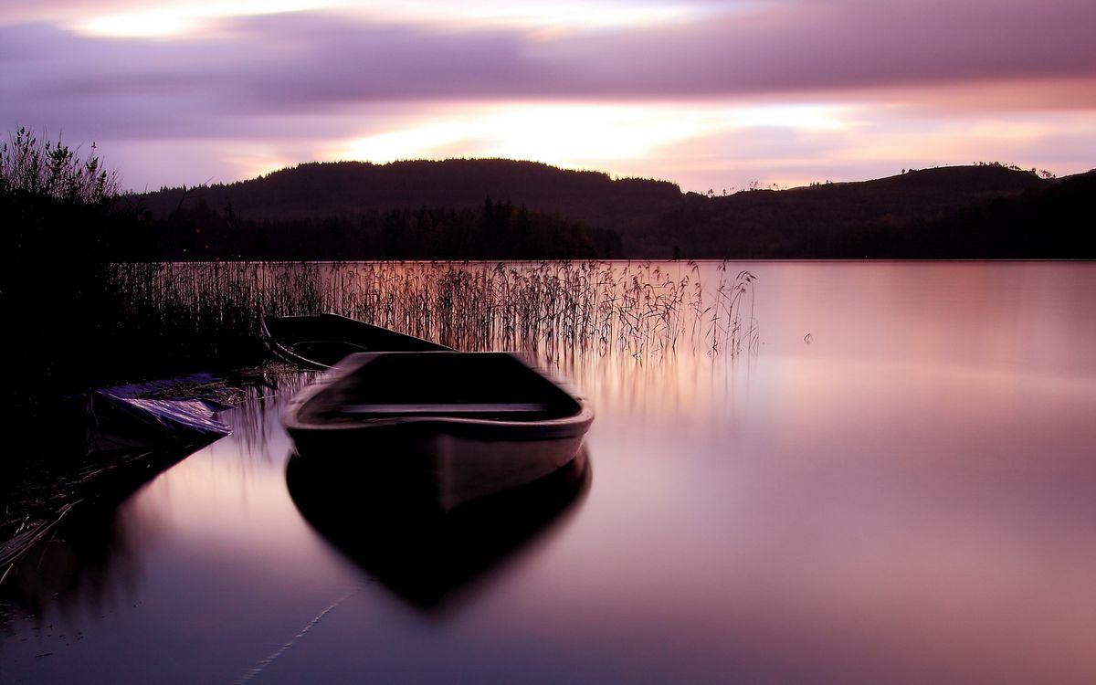 Фото бесплатно берег, трава, озеро, лодки, холмы, небо, пейзажи