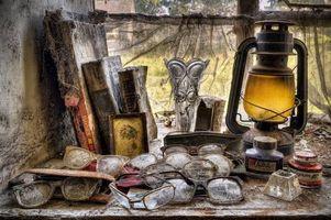 Бесплатные фото натюрморт,композиция,очки,лампа,книги,окно,старое