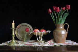 Бесплатные фото свеча,стол,ваза,цветы,тюльпаны,фрукты,бусы