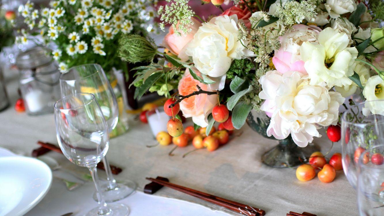 Фото бесплатно стол, посуда, сервировка, фужеры, цветы, разное