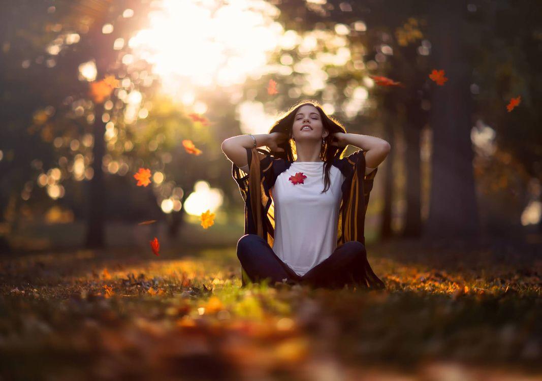 Фото бесплатно осенние настроение, девушка, парк, листопад, девушки