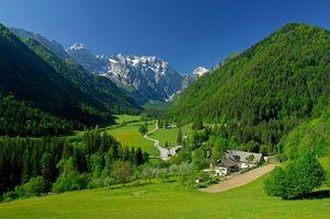 Заставки поселение,подножье горы,дома,дорога,деревья,природа