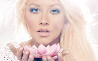 Бесплатные фото блондинка,волосы длинные,глаза,взгляд,губы,руки,цветок