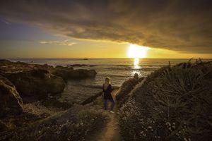 Бесплатные фото закат, море, берег, девушка, пейзаж
