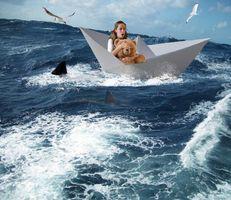 Фото бесплатно море, бумажный кораблик, девушка