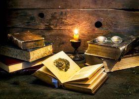 Бесплатные фото натюрморт,композиция,свеча,очки,книги,дерево,старина