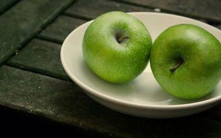 Бесплатные фото Зеленые яблоки,тарелка,стол,фрукты