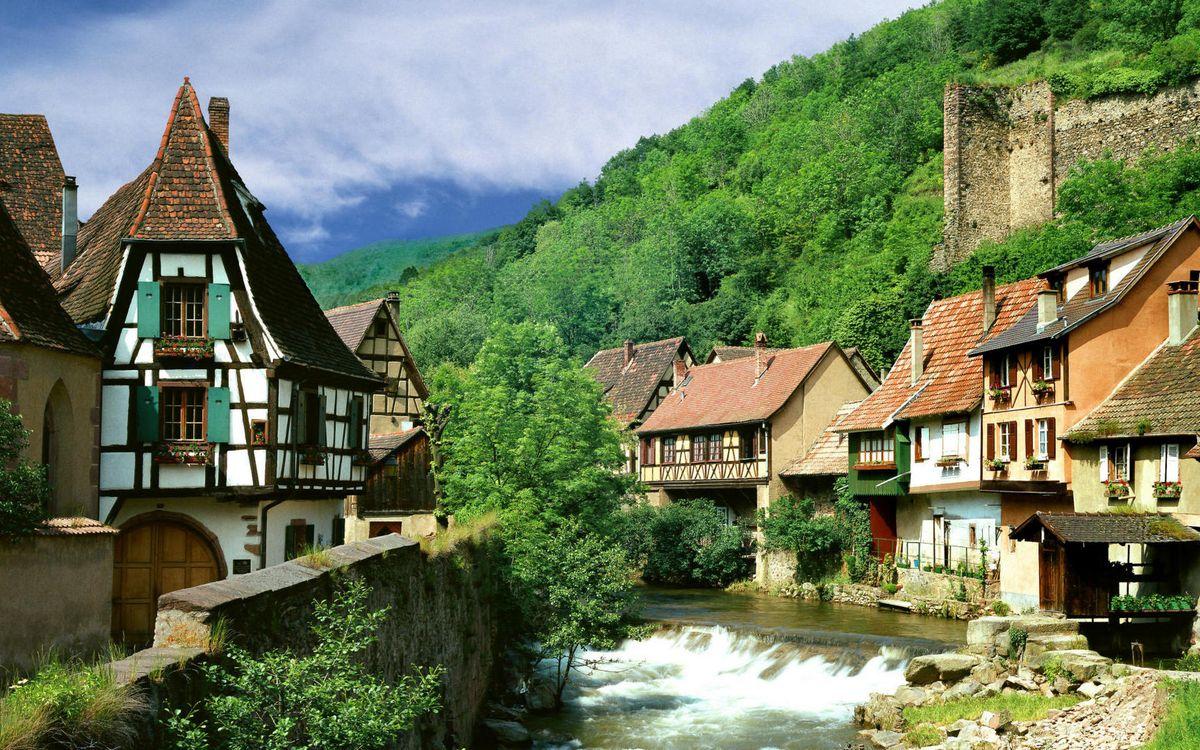 Фото бесплатно городок, дома, окна, крыши, река, растительность, горы, пейзажи