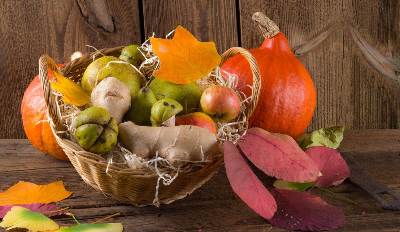 Фото бесплатно осенняя композиция из овощей и фруктов, осенние листья, корзина, еда