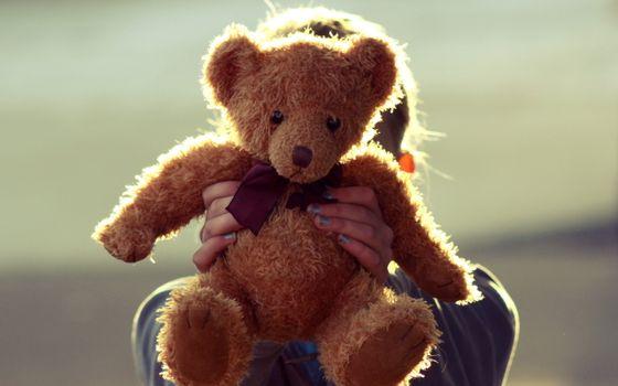 Фото бесплатно девочка, игрушка, мягкая