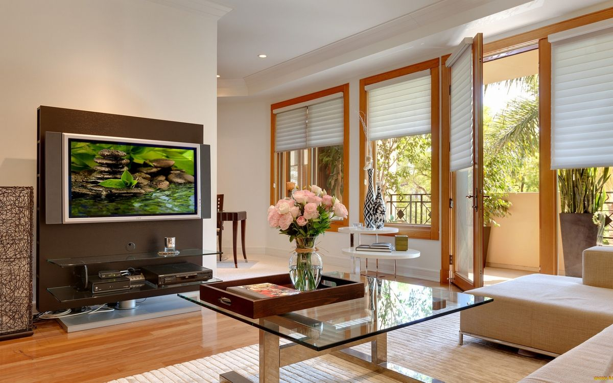 Фото бесплатно гостиная, диван, столик, цветы, тумба, плазма, окна, жалюзи, дверь, балкон, интерьер