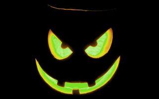 Бесплатные фото хэллоуин,тыква,морда,злая,свечение,фон черный