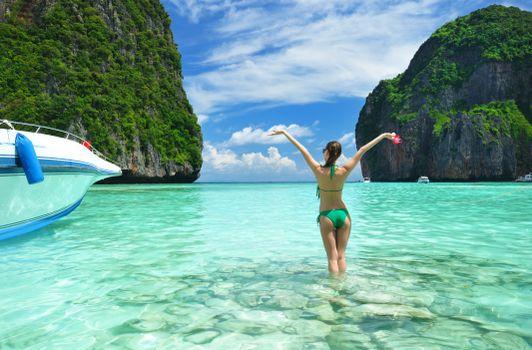 Фото бесплатно море, скалы, пляж, бухта, девушка, пейзаж