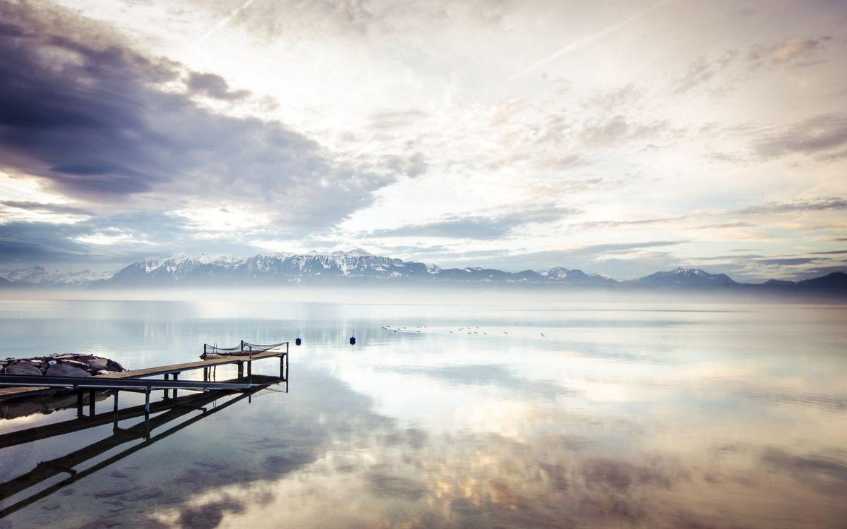 Фото бесплатно озеро, мостик, пристань, дымка, горы, вершины, снег, небо, облака, пейзажи - скачать на рабочий стол