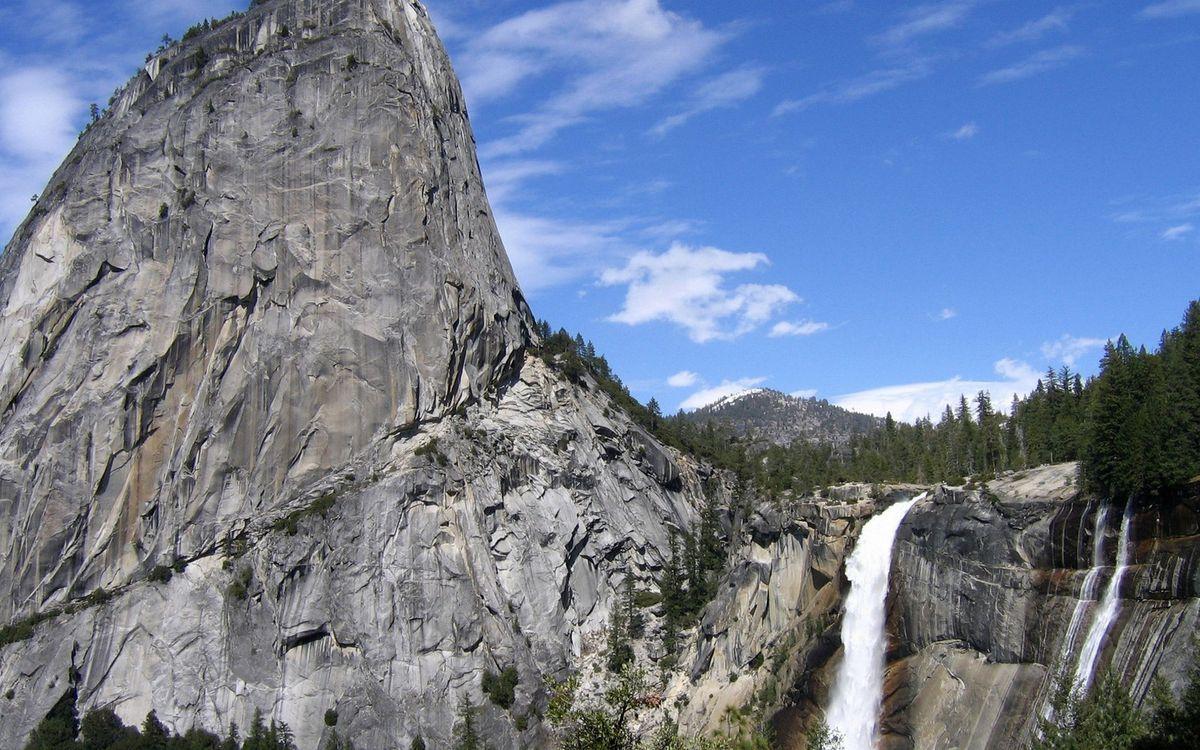 Фото бесплатно горы, скала, река, водопад, деревья, лес, небо, облака, природа