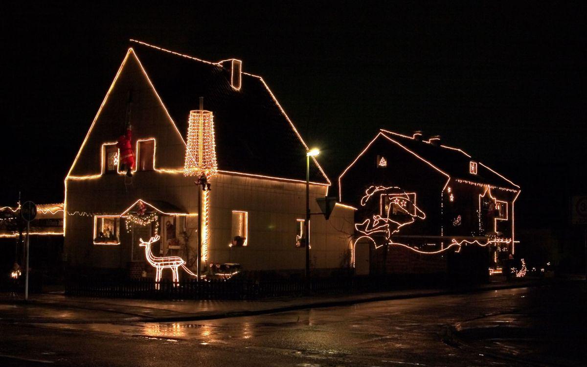 Фото бесплатно ночь, улица, фонарь, дома, гирлянды, подсветка, город