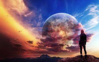 Фото бесплатно девушка на горе, небо, большая луна, планета, пейзаж