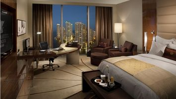 Бесплатные фото комната, кровать, кресла, стол рабочий, окно панорамное, светильники