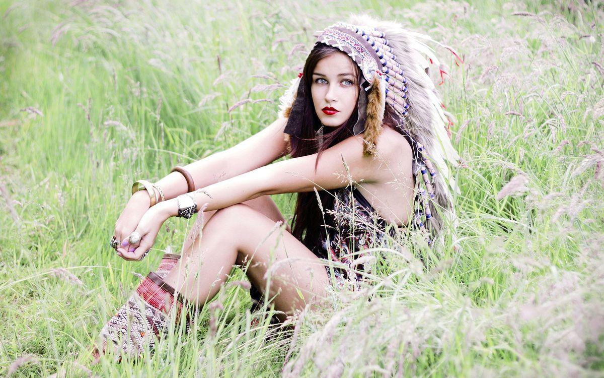 Фото бесплатно девушка, поле, индейка - на рабочий стол