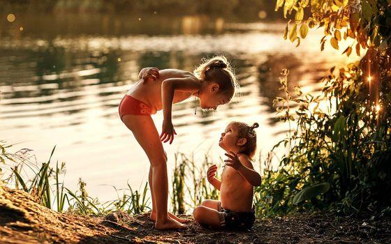 Заставки дети на озере, купаются, берег