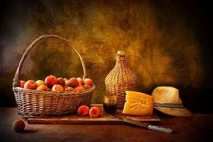 Обои стол, еда, корзина, персики, сыр, шляпа, нож, вино, стакан, натюрморт