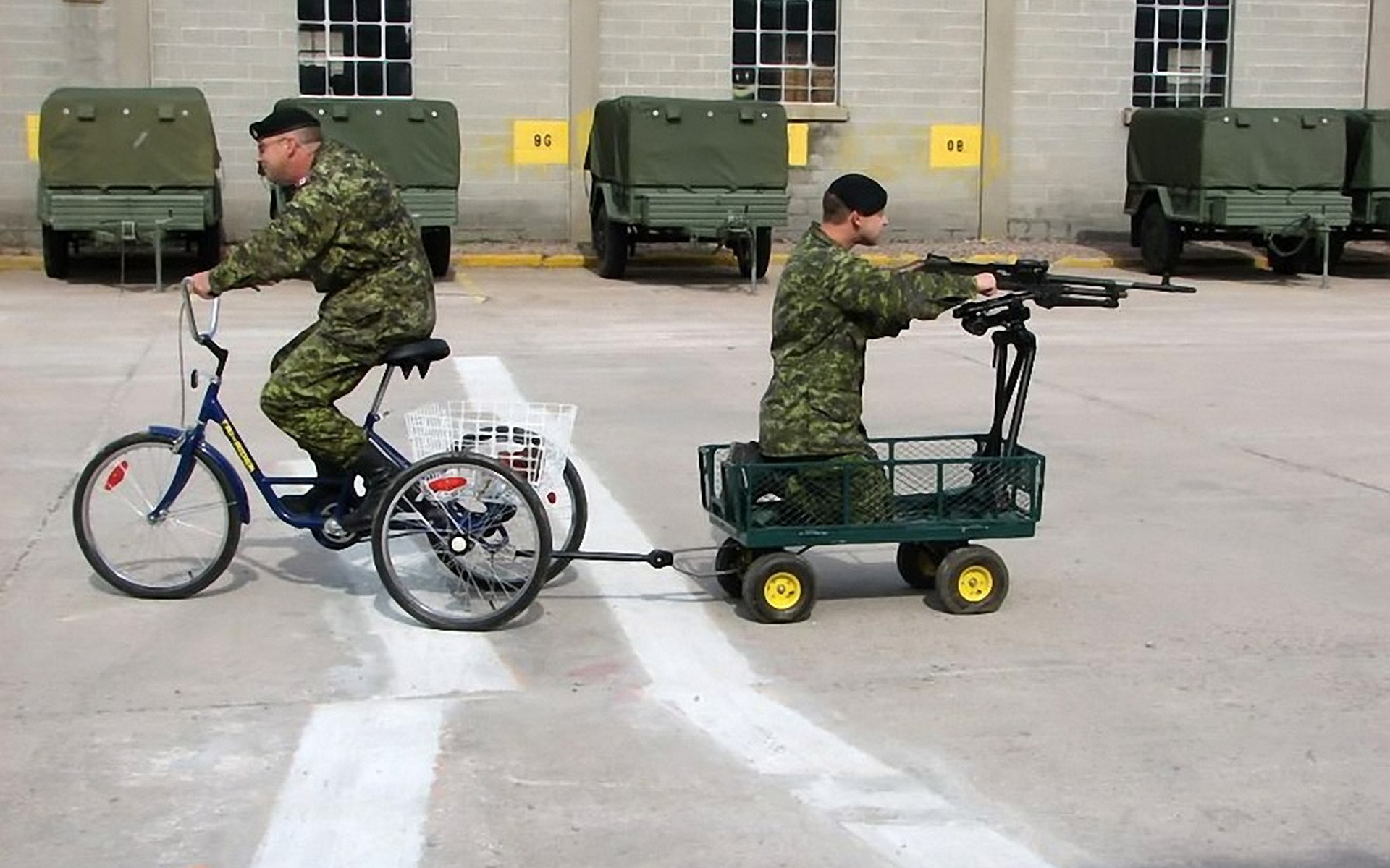 Обои солдаты, велосипед, тележка, пулемет