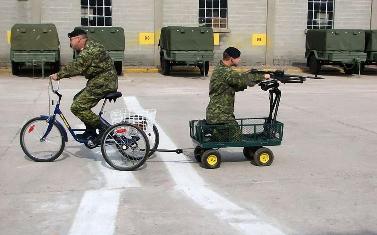 Фото бесплатно солдаты, велосипед, тележка, пулемет, юмор