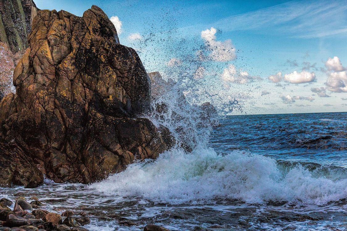 Картинки волны бьются о скалы