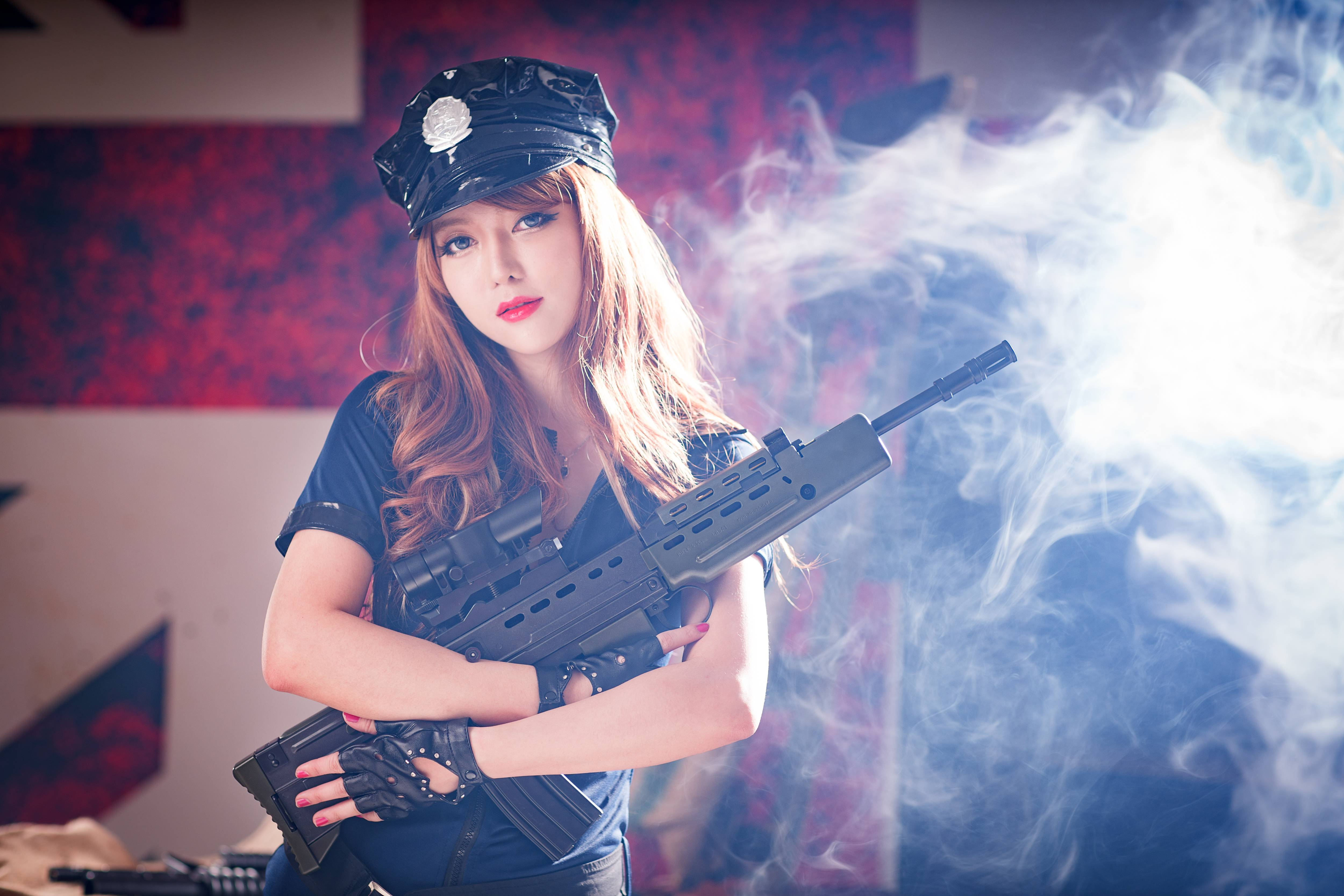 Поздравление пенсией, картинки девушки с оружием на рабочий стол