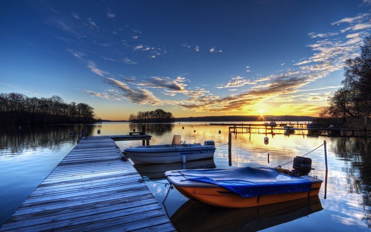 Фото бесплатно река, мостик, пристань, лодки, деревья, небо, солнце, закат, облака, пейзажи