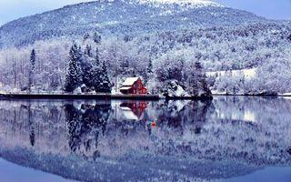 Фото бесплатно зима, снег, горы, деревья, дом, пристань, катер, озеро, отражение
