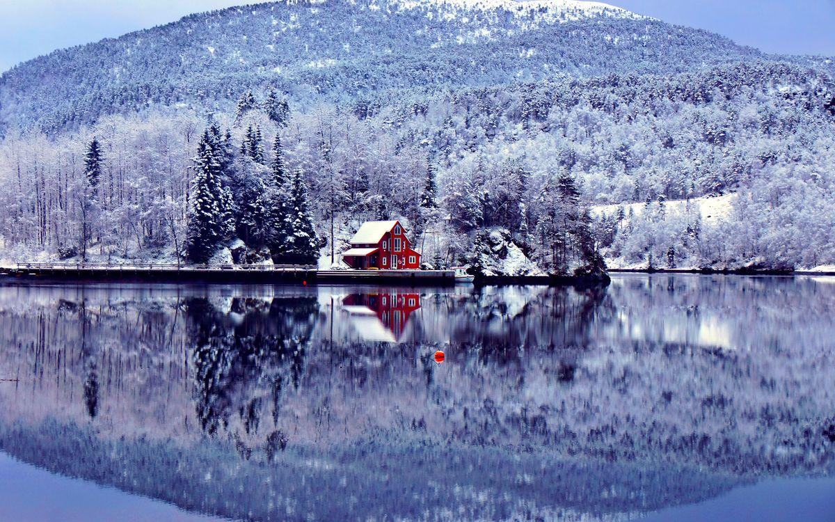 Фото бесплатно зима, снег, горы, деревья, дом, пристань, катер, озеро, отражение, пейзажи