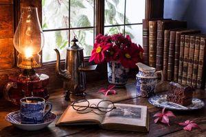 Бесплатные фото стол,книги,лампа,очки,кружка,ваза,цветы
