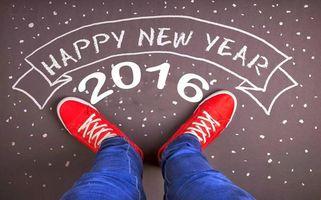 Бесплатные фото happy new year,2016,с новым годом,надпись,мелом,ноги,красные кеды